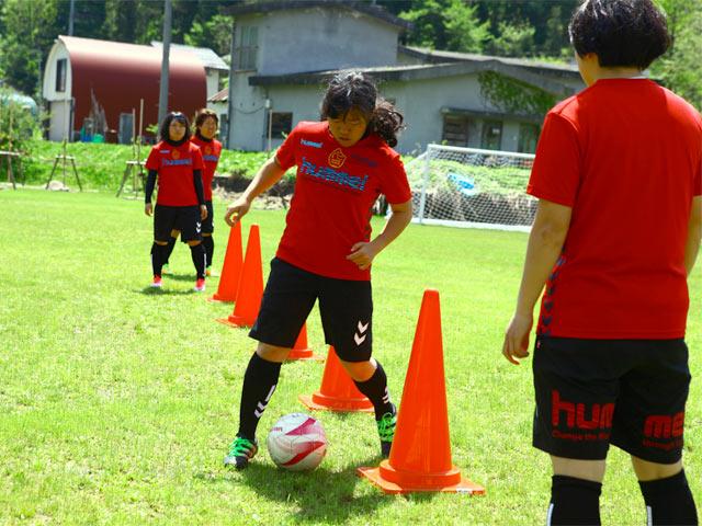 奴奈川キャンパスのグラウンドにて。サッカーチームの立ち上げをきっかけに、地元の方々の協力を得て、元小学校の運動場に芝生の苗を植えたのだとか
