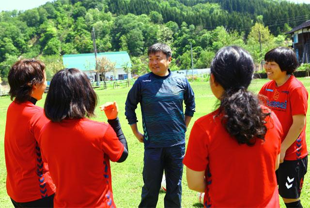 江副良治監督。選手と同様に、サッカーだけでなく農業にも従事