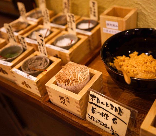 究極のつまみといえる、塩と味噌は自由に。合わないわけがありません!