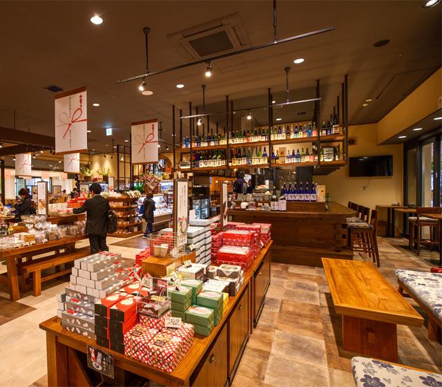 お土産売り場の一角にあり、新幹線の待ち時間などにふらりと寄れる〈日本酒Bar角打ち〉。