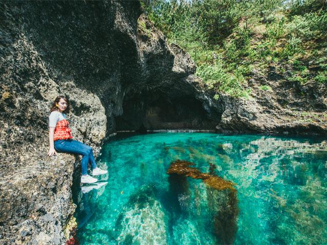 琴浦海岸の「青の洞窟」