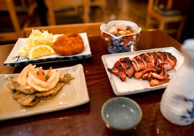 左前から時計回りに、小アジ南蛮漬け、コロッケ、のっぺ(小さく角切りにした煮物。新潟の郷土料理)、イカのみそ焼き