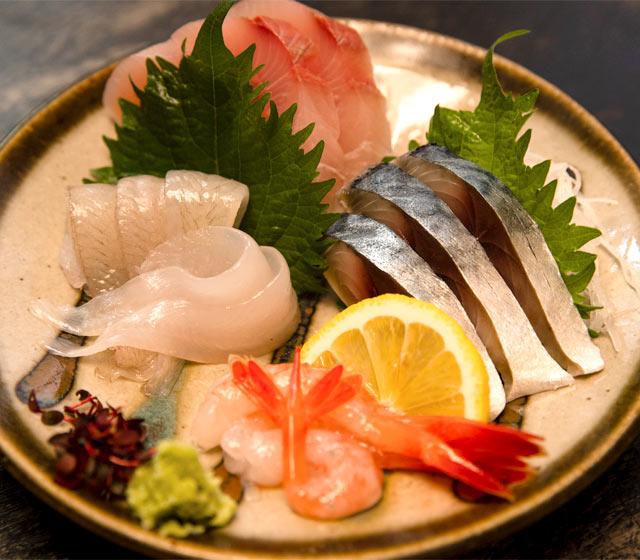 佐渡沖で採れた刺身の盛り合わせ。手前から時計回りで、甘エビ、フナベタ、ワラサ、シメサバ。
