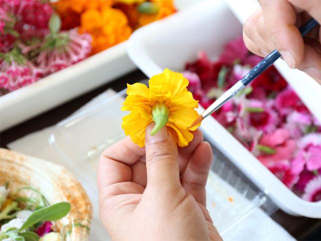 ひとつひとつ手作業で花の仕上がりをチェックします。