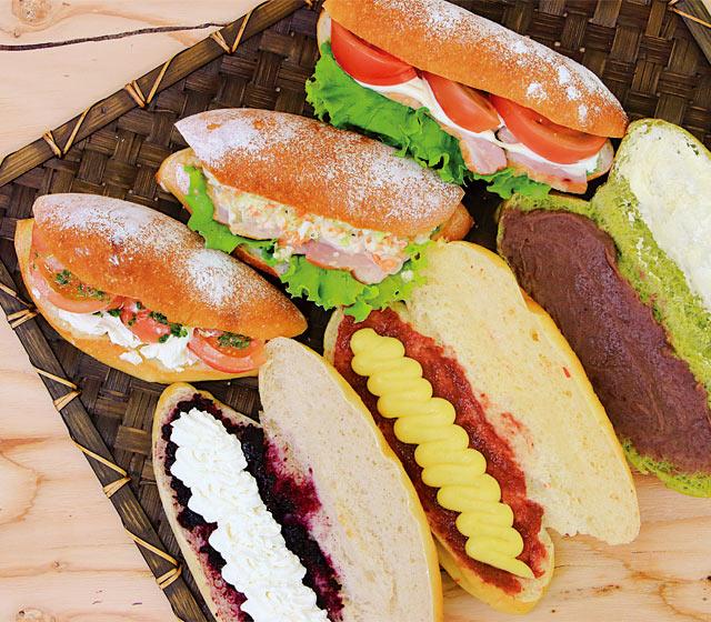 好きな生地や具材をオーダーできる〈米粉パン工房 じゃぱん〉のコッペパン。