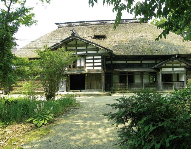 見事な茅葺き屋根が残る古民家が舞台です。