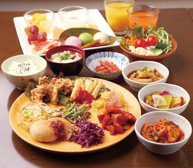郷土料理ビュッフェ(大人1500円、小学生800円、小学生未満無料)。