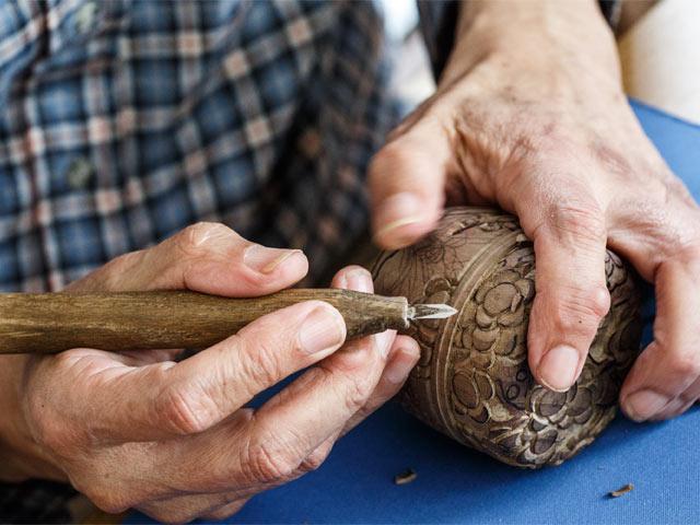 取材に訪れた日、川上さんが彫っていたのは、茶道具の「棗(なつめ)」