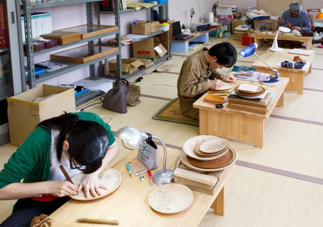 若弟子さんたち。この日は川上さんの指導のもと、彫りの修業中。