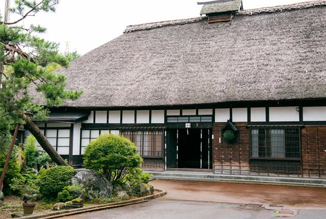 これまでにも日本酒イベントや商品開発などで樺沢さんと組んできた長岡の〈お福酒造〉。現在の日本酒づくりの主流「速醸仕込み」の発祥地といわれる蔵。