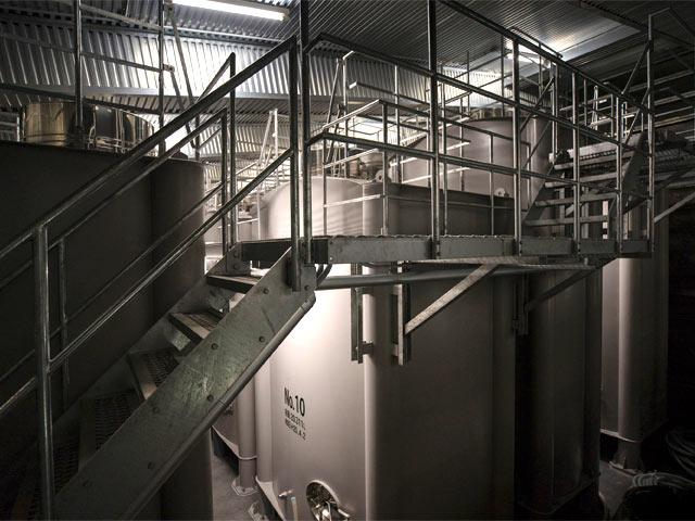 雪室内部にある、日本酒の貯蔵タンク。