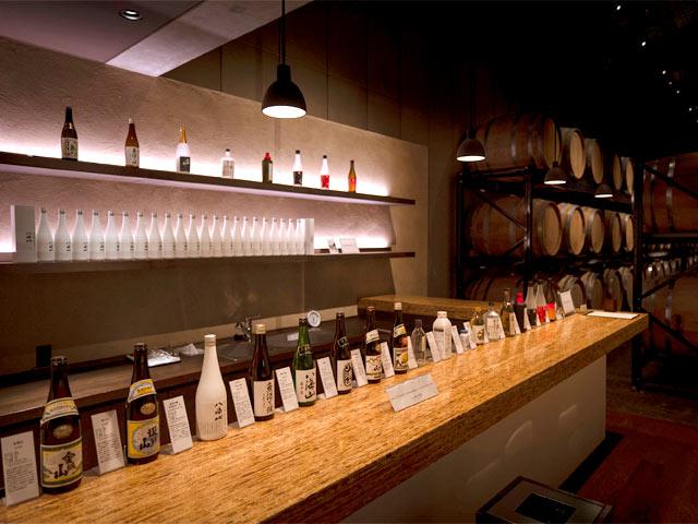 樽が並ぶ焼酎貯蔵庫の隣にある、試飲カウンター。