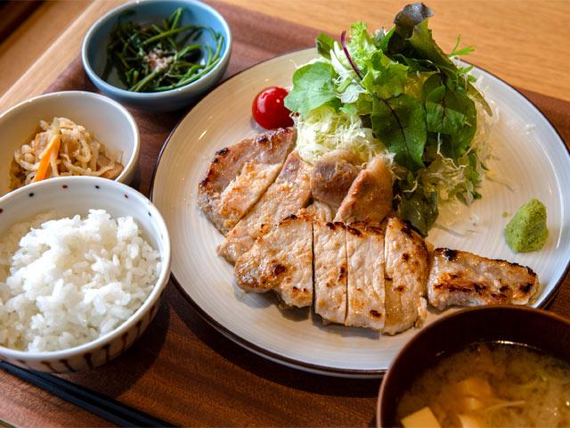 八海定食「豚の塩麹漬け焼き」。