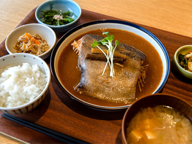 八海定食「カレイのあまさけ煮」。
