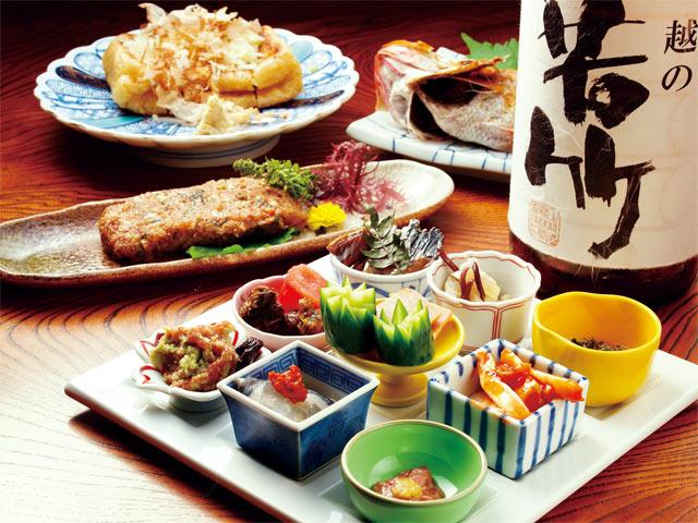 地元食材を中心に、旬の魚や野菜を使った郷土料理が味わえます。