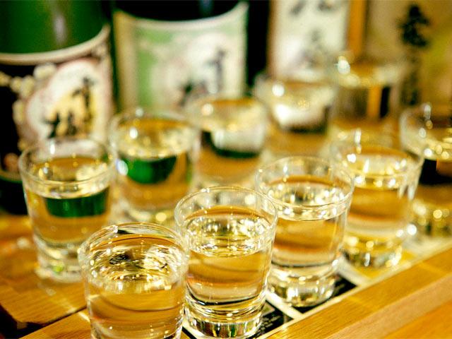 店主自ら蔵元を訪ねたという越後地酒を堪能できる「利き酒セット」(5種972円~)。