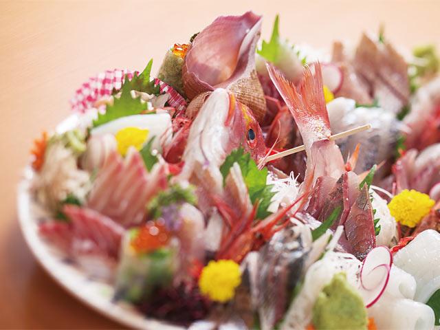 新鮮な魚介を盛り合わせた刺し盛りは外せない一品