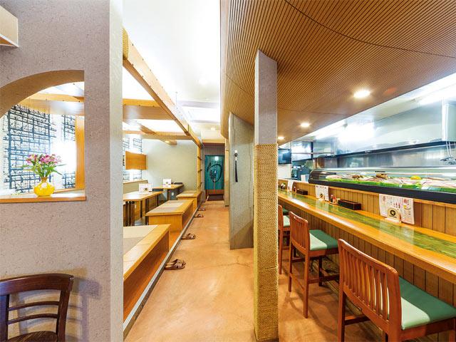 和風の店内はテーブル席のほか、小上がりやカウンターもあり