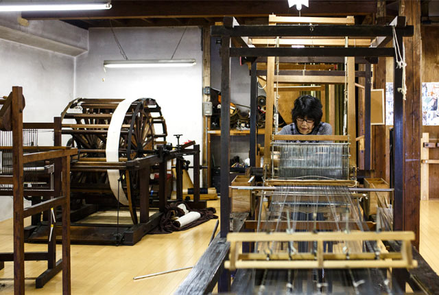 渡吉織物の工房内