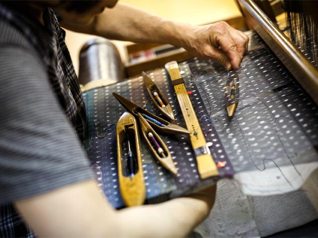 十日町絣とすくい織の技術が合わさった〈100の彩〉を織る美子さん