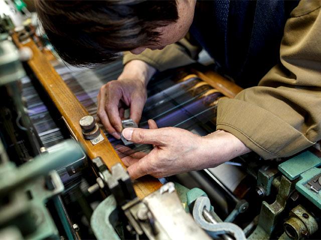 織機にセットした絹糸に不具合がある場合は、ルーペでチェック