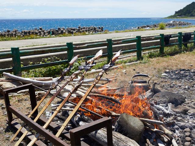 まずは竹槍で魚を3匹ほど通して、たき火で焼きく