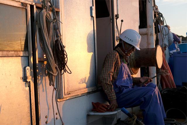定置網漁船上の漁師