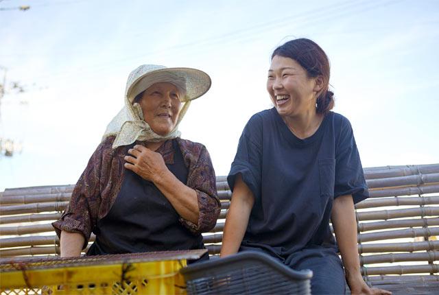 粟島のおばあちゃんと会話する青柳花子さん