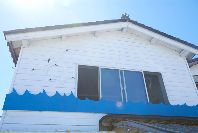 ゲストハウス〈おむすびのいえ〉の外観。波の装飾が施されている