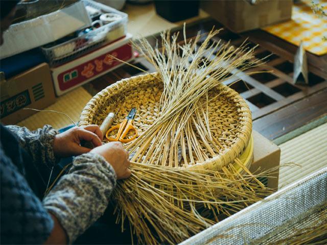 関川村の稲わらで猫ちぐらを編む