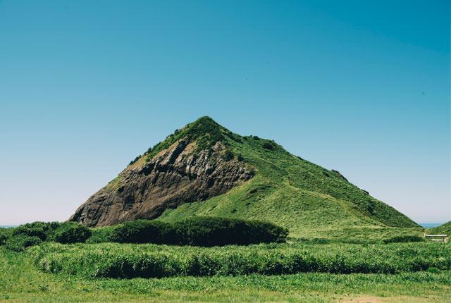 こちらは「大野亀」。緑に覆いつくされた巨大な岩は神々しいほど