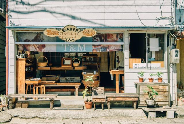 佐渡の南のほう、羽茂本郷というエリアにある小さなパン屋さん〈T&M Bread Delivery SADO Island〉