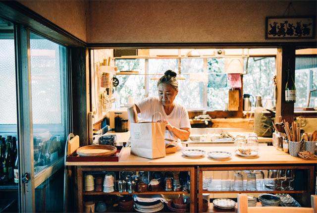 夫妻の自宅のキッチンスペース