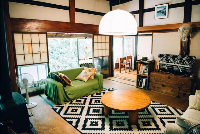 居心地よく整えられた夫妻の家の居間