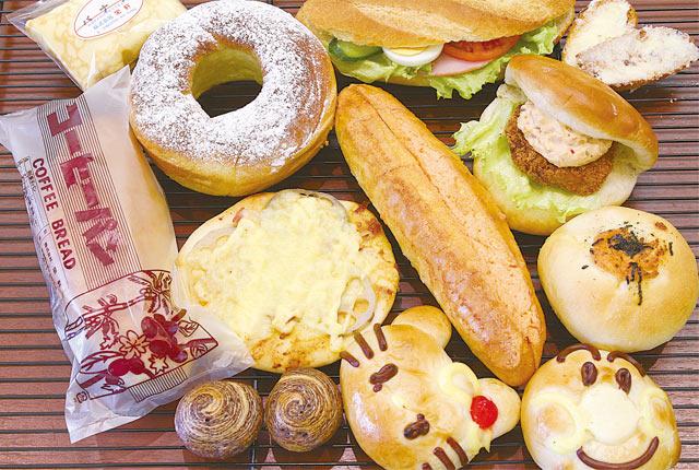 〈栄軒べーカリー〉の店内に並ぶ各種パン