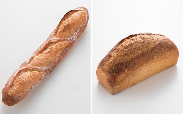 看板商品〈バゲット〉(250円)と、以前同じ場所で営業していたお店のパンに着想を得た〈バナナ67(ロクナナ)〉(480円)。