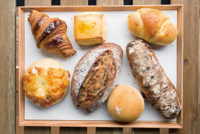 ハードパン、惣菜パンなど、バラエティー豊かな〈さとやベーカリー〉のパン