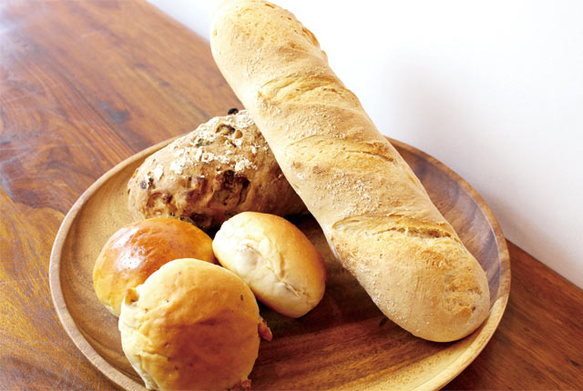 看板商品のヨーグルトロール(6個入り280円)をはじめ、シンプルな食事パンが豊富。
