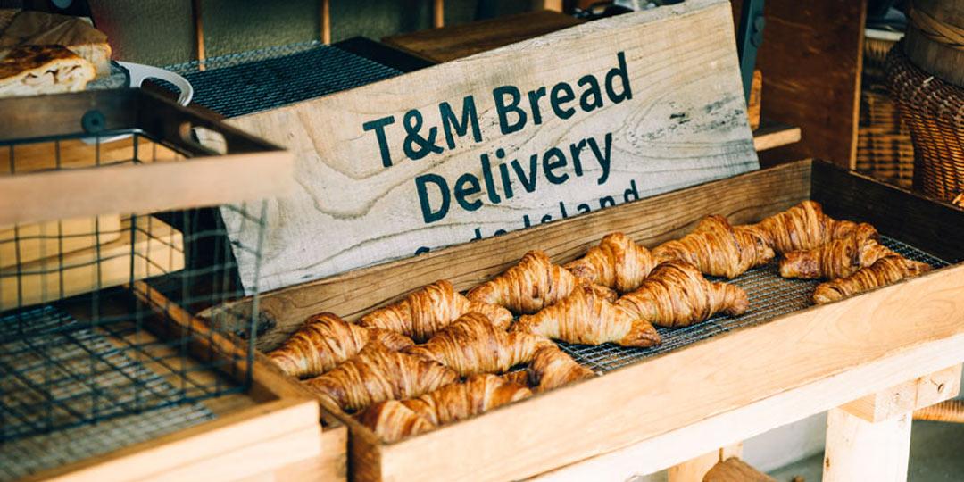 おでかけコロカル新潟編・〈T&M Bread Delivery SADO Island〉アイデア満載のパンがずらり! すてきな夫妻の手づくりブレッド