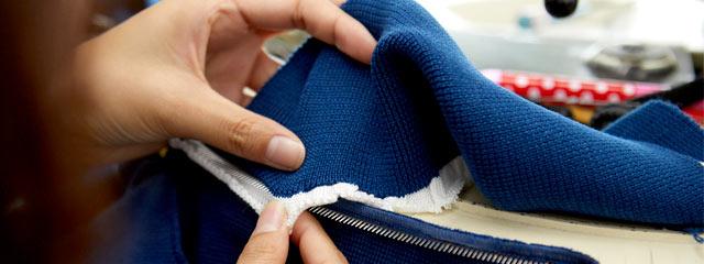 編み目をチェックする職人さんの手元