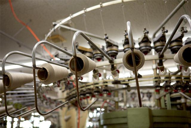 ジャージなどの生地を編む丸編機