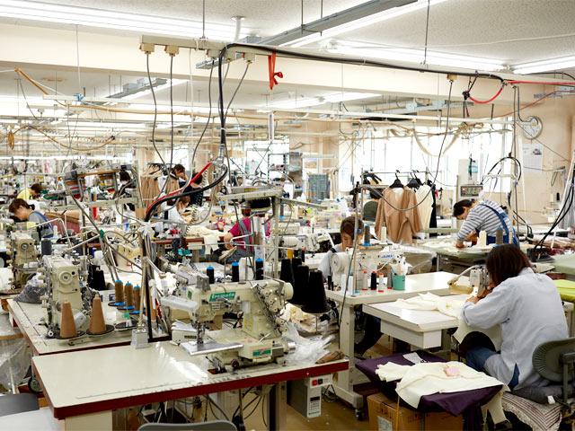 〈ウメダニット〉の従業員の約半数が所属する縫製部