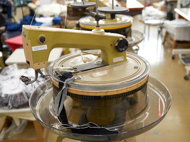 ニット特有のリンキングと呼ばれる、パーツを継ぎ合わせる縫製