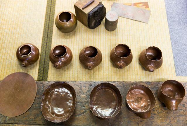 玉川堂を代表するやかんが、1枚の銅板からスタートし完成に近づいていく様子
