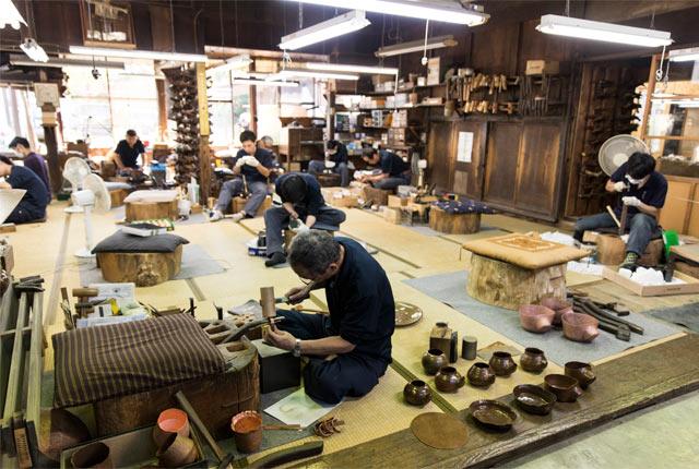 〈玉川堂〉の工房での作業風景