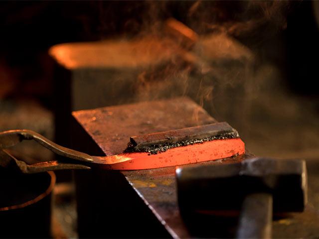日野浦刃物工房での鋼づけの様子