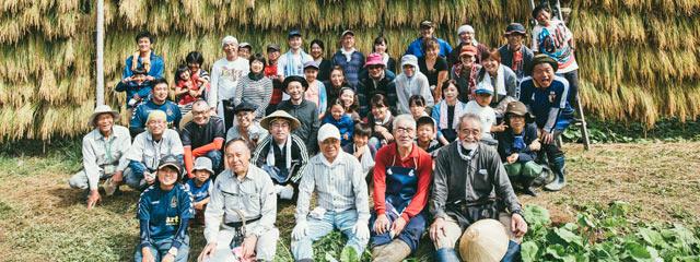 〈まつだい棚田バンク〉の稲刈りイベントの参加者たち