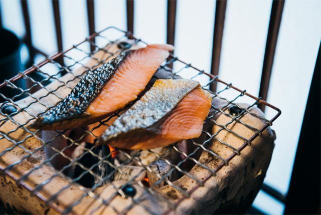 七輪で塩引き鮭をじっくり焼いていく