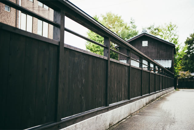 木を黒く塗装した黒塀
