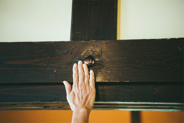 桃をあしらった釘隠しの金具
